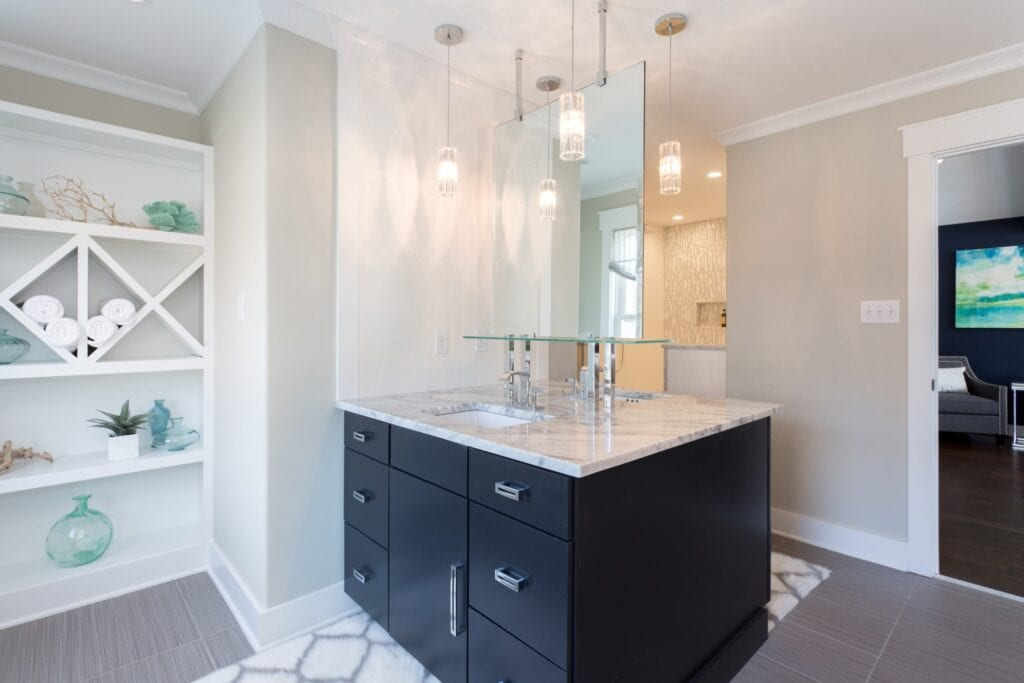 Modern bathroom with hanging mirror