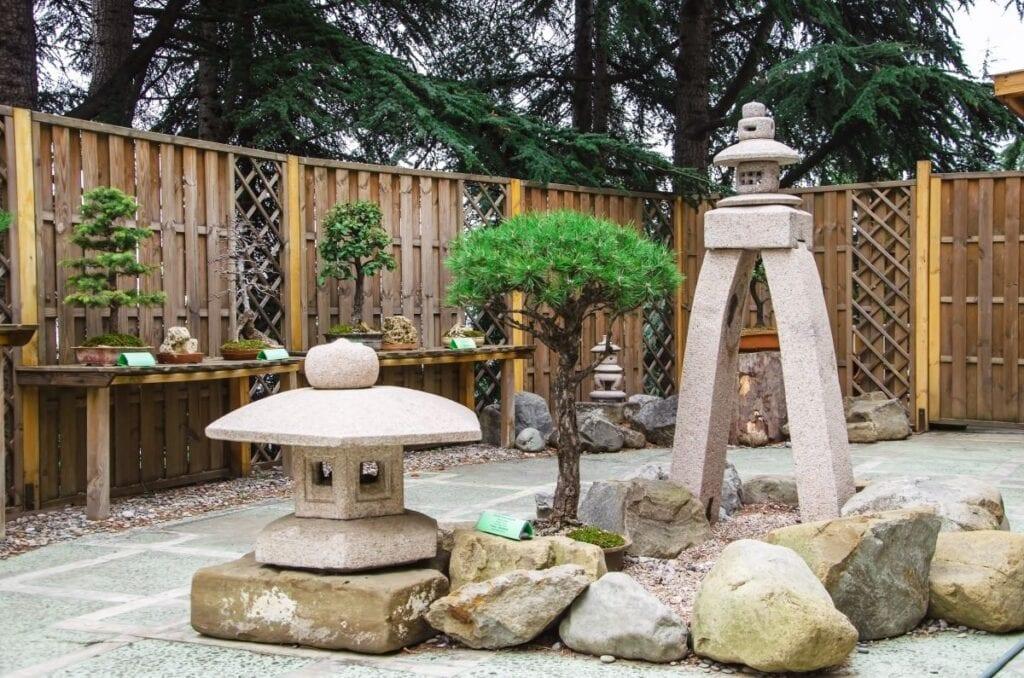 Jardin de style japonais avec des rochers et des statues