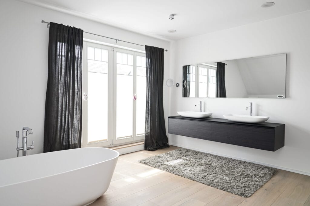 Germany, North-Rhine-Westphalia, Cologne, light-flooded modern bathroom
