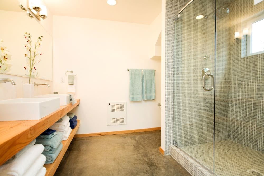 Bathroom with green accents in towels and shower tile