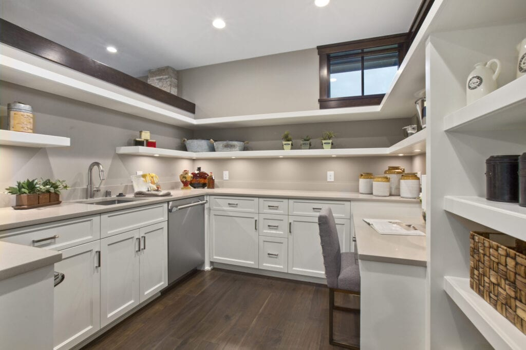 Spacious pantry with open shelves, dishwasher and a nice built in desk