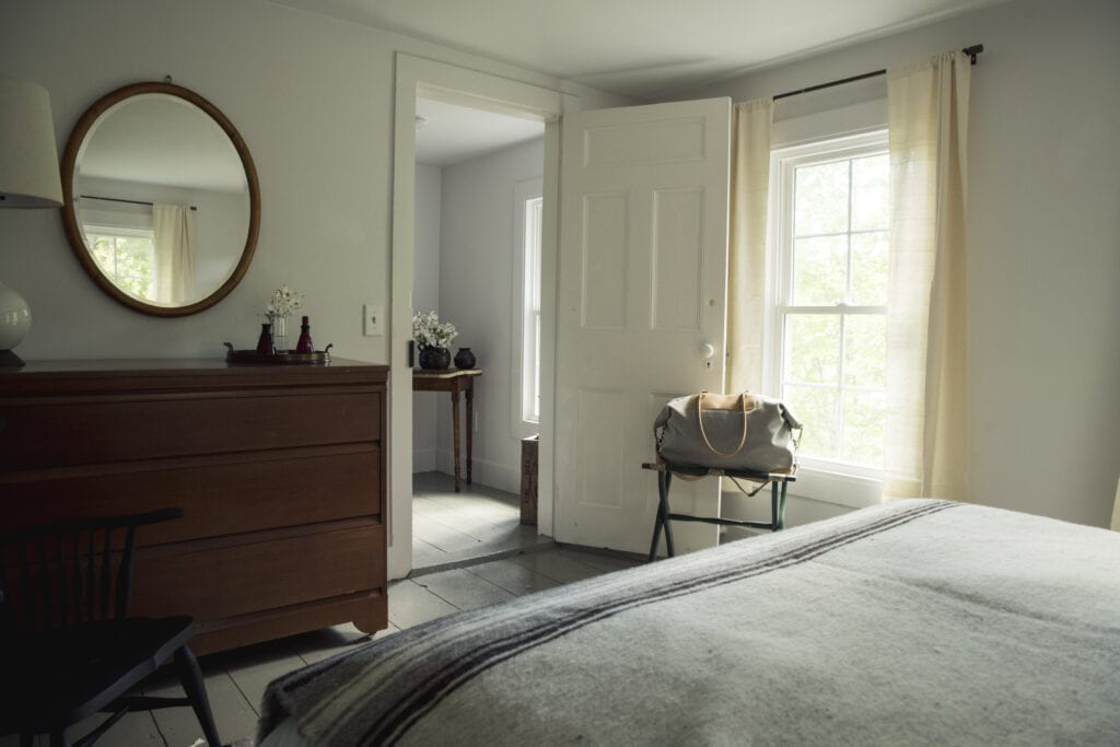 Image of: Warm And Welcoming 10 Guest Bedroom Essentials