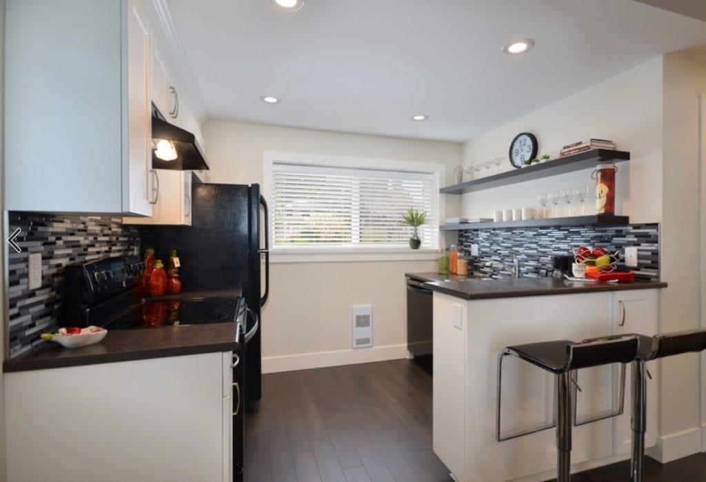 Kitchen Backsplash Contrast Tile Design