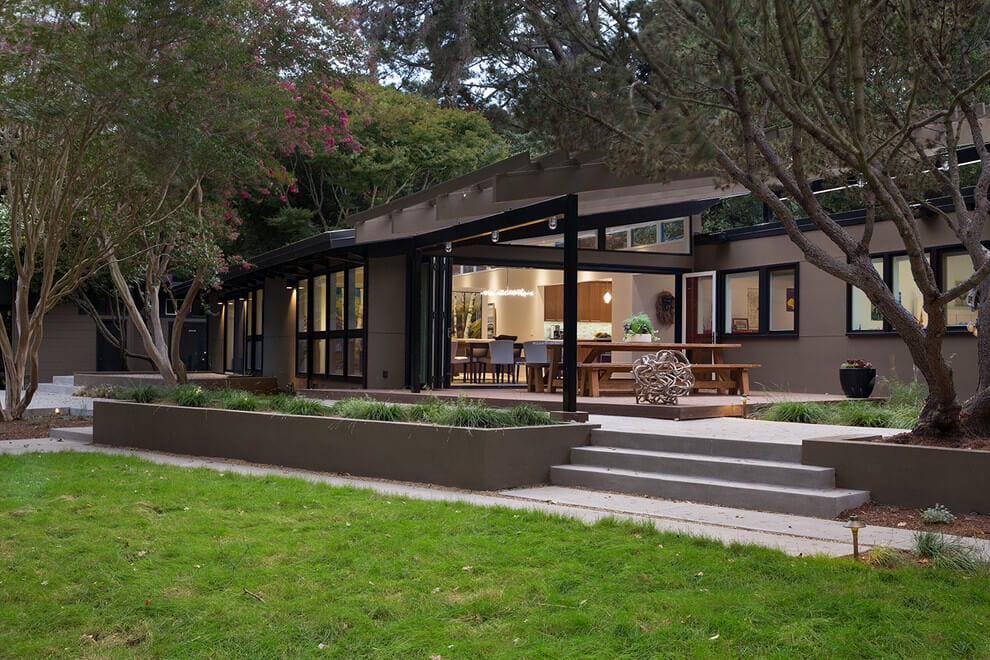 Mid-Century Modern Remodel in California Opens to the Outdoors
