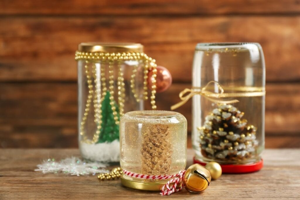 DIY snowglobes with pinecones and christmas tree